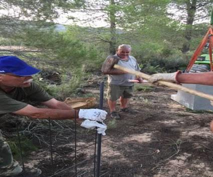 instalacion de comedero del clubc de cazadores pico caroche de teresa de cofrentes
