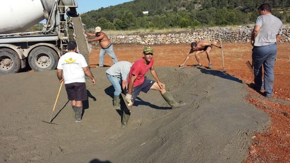 3. Los trabajadores terminan de volcar el cemento que formará el depósito de la balsa