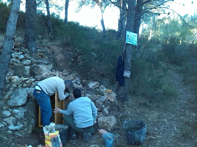 Instalacion de puerta en Aljub de El Nini en la Partida Raca